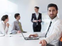 Портрет молодого современного арабского бизнесмена на офисе Стоковое фото RF