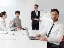 Портрет молодого современного арабского бизнесмена на офисе Стоковые Фотографии RF