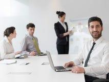 Портрет молодого современного арабского бизнесмена на офисе Стоковое Фото