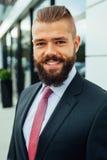 Портрет молодого счастливого бизнесмена вне buildin офиса Стоковая Фотография RF