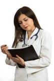 Портрет молодого уверенно женского доктора держа папку Стоковая Фотография