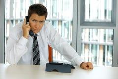 портрет молодого уверенно кавказского бизнесмена говоря на телефоне Стоковая Фотография