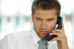 портрет молодого уверенно кавказского бизнесмена говоря на телефоне Стоковые Фото