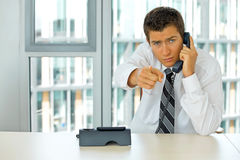 портрет молодого уверенно кавказского бизнесмена говоря на телефоне Стоковое фото RF