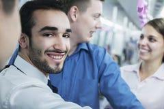 Портрет молодого усмехаясь бизнесмена стоя на метро, смотря камеру Стоковая Фотография RF