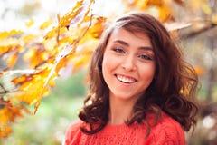 Портрет молодого усмехаясь подростка в лесе осени Стоковые Изображения RF