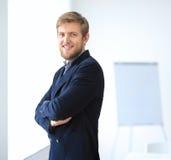 Портрет молодого успешного бизнесмена в офисе Стоковое Изображение RF