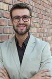 Портрет молодого успешного бизнесмена с стеклами вне офиса Стоковые Фотографии RF