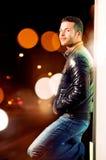 Портрет молодого человека. Абстрактные света города стоковая фотография rf