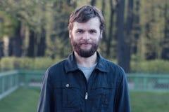 Портрет молодого человека в городе Санкт-Петербурга лето сада Стоковые Фото