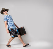 Портрет молодого человека в солнечных очках с suitcas Стоковые Фото