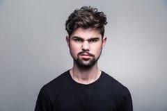 Портрет молодого человека в черной футболке Стоковые Изображения