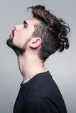 Портрет молодого человека в черной футболке Стоковая Фотография