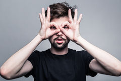 Портрет молодого человека в черной футболке Стоковое фото RF