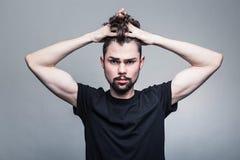 Портрет молодого человека в черной футболке Стоковые Изображения RF