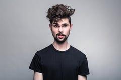 Портрет молодого человека в черной футболке Стоковое Изображение RF