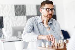 Портрет молодого человека 2 играя шахмат стоковое изображение rf