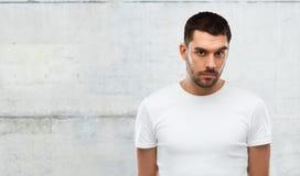 Портрет молодого человека над серой предпосылкой стены Стоковое Изображение RF