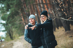 Портрет молодого человека пар и женщина в лесе соединяют обнимать и усмехаться Стоковая Фотография RF