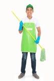 Портрет молодого человека с оборудованием чистки Стоковая Фотография RF
