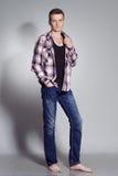 Портрет молодого человека с очень красивой стороной в рубашке и демикотоне Стоковое Изображение RF