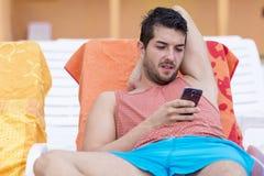 Портрет молодого человека с телефоном в руках Стоковое фото RF