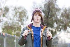 Портрет молодого человека с шляпой Стоковые Изображения