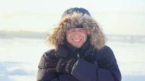 Портрет молодого человека outdoors замерзая смотреть в камеру в дне зимы солнечном Стоковая Фотография RF