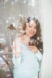 Портрет молодой азиатской женщины выпивая ее чай утра над a Стоковые Фотографии RF