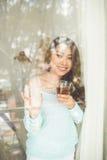 Портрет молодой азиатской женщины выпивая ее чай утра над a Стоковые Фото
