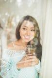 Портрет молодой азиатской женщины выпивая ее чай утра над a Стоковые Изображения RF