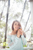 Портрет молодой азиатской женщины выпивая ее чай утра Упал r Стоковое фото RF