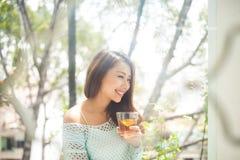 Портрет молодой азиатской женщины выпивая ее чай утра Упал r Стоковое Изображение RF