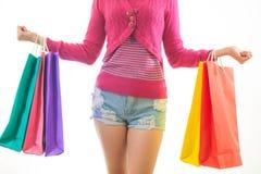 Портрет молодой азиатской женщины держа покупки стоковое фото rf