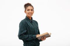 Портрет молодой африканской девушки с книгой над белой предпосылкой Стоковые Фотографии RF