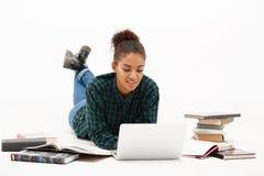Портрет молодой африканской девушки с компьтер-книжкой над белой предпосылкой Стоковая Фотография RF
