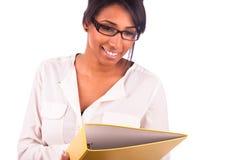 Портрет молодой африканской женщины студента представляя над белым backgr Стоковые Изображения RF