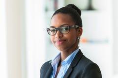 Портрет молодой Афро-американской бизнес-леди - черное peop Стоковое Изображение