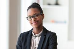 Портрет молодой Афро-американской бизнес-леди - черное peop