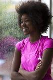 Портрет молодой афро американской женщины в спортзале пока слушая mus Стоковые Фотографии RF