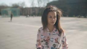 Портрет молодой Афро-американской женщины представляя к камере, outdoors видеоматериал