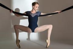 Портрет молодой балерины в студии Стоковое Фото