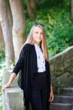 Портрет молодой белокурой девушки на лестницах в парке Стоковая Фотография RF
