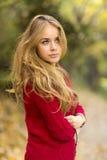 Портрет молодой белокурой женщины на поле. Красивая женщина. Стоковое Фото