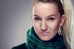 Портрет молодой белокурой женщины смотря камеру Стоковая Фотография RF