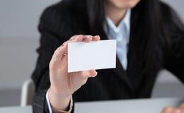 Портрет молодой бизнес-леди держа пустую белую визитную карточку Стоковое Изображение