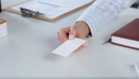 Портрет молодой бизнес-леди держа пустую белую визитную карточку Стоковое фото RF
