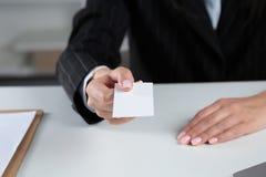 Портрет молодой бизнес-леди держа пустую белую визитную карточку Стоковое Изображение RF