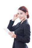 Портрет молодой бизнес-леди используя таблетку и думать Стоковое Изображение RF