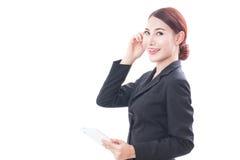 Портрет молодой бизнес-леди используя таблетку и думать Стоковые Изображения